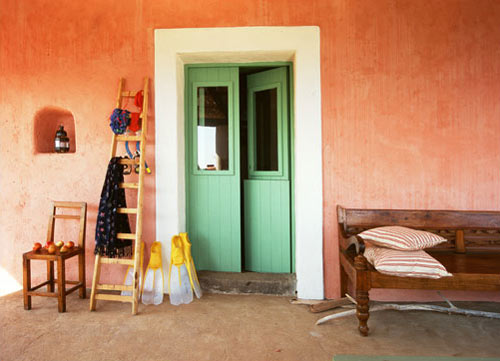 House on filicudi with faint pink walls the style files - Colores rusticos para interiores casas ...